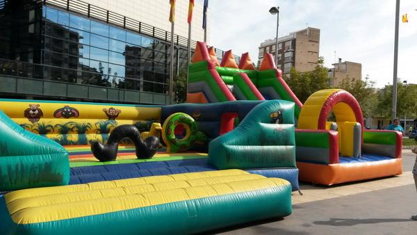 animaciones infantiles en fiestas de almassora con castillos hinchables en la plaza del Ayuntamiento de Almazora Castellon