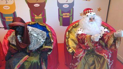 reyes magos repartiendo y entregando los regalos a los niños