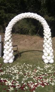 arco para boda decorado con globo blanco