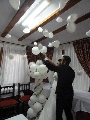 novios con globos