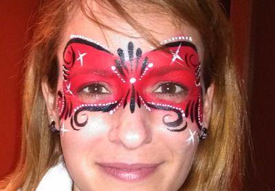 animadoras infantiles realizando maquillaje de fantasia para carnaval