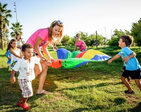 actividades y juegos de paracaídas con niños