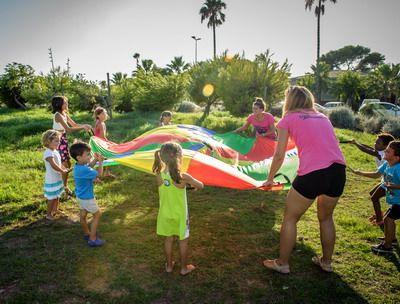 jugando con niños en un parque al aire libre con superanimaciones