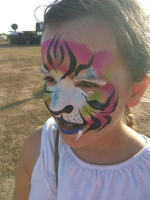 maquillaje de carnaval niña al aire libre